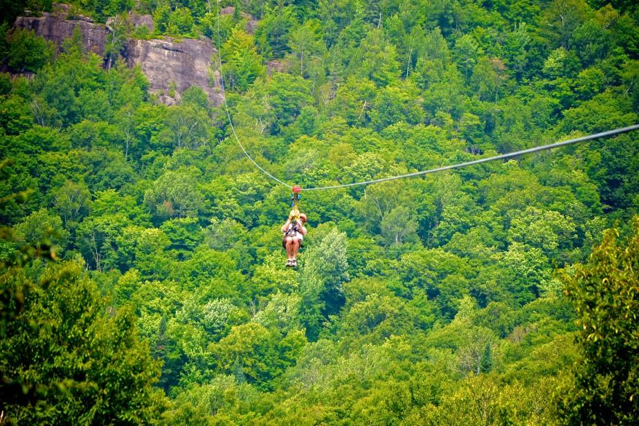 Les «méga-tyroliennes» permettent de voler littéralement au-dessus des... (PHOTO FOURNIE PAR TYROPARC)