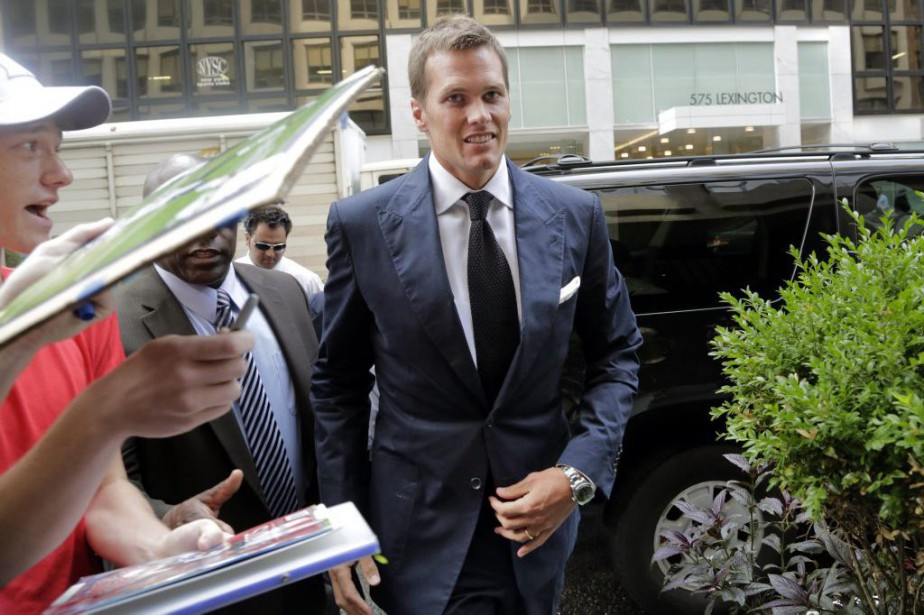 Tom Brady à son arrivée au siège social... (PHOTO MARK LENNIHAN, ASSOCIATED PRESS)