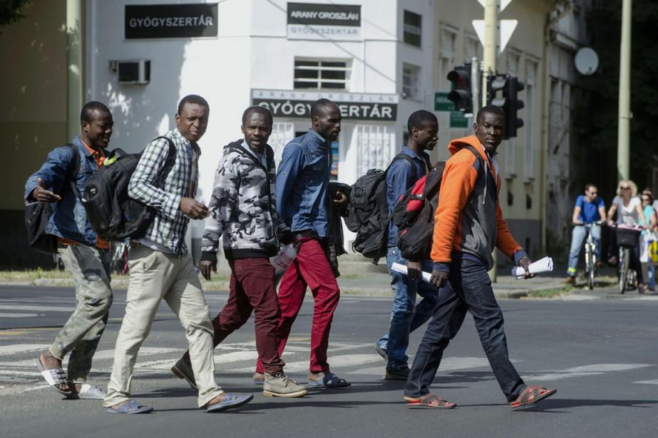 Des migrants africains marchent dans les rues de... (PHOTO CSABA SEGESVARI, AFP)