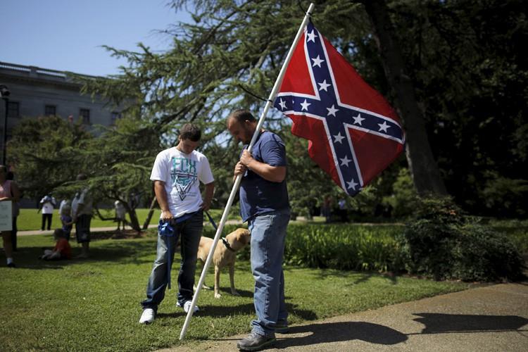 Le drapeau confédéré est pour beaucoup d'Américains un... (PHOTO REUTERS)