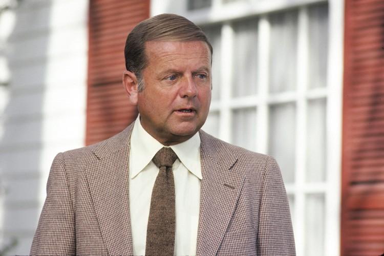 Dick Van Patten dans une scène deEight Is... (ABC)