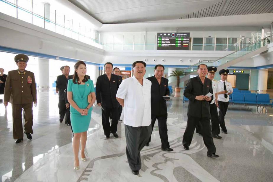 Kim a inspecté le terminal2 en compagnie de... (PHOTO REUTERS/KCNA)