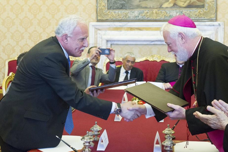 L'accord a été signé dans le Palais pontifical... (PHOTO REUTERS/OSSERVATORE ROMANO)