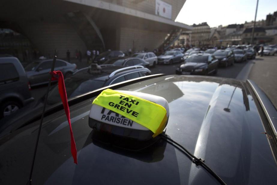 À la Porte Maillot, dans l'ouest de Paris,... (Photo KENZO TRIBOUILLARD, AFP)