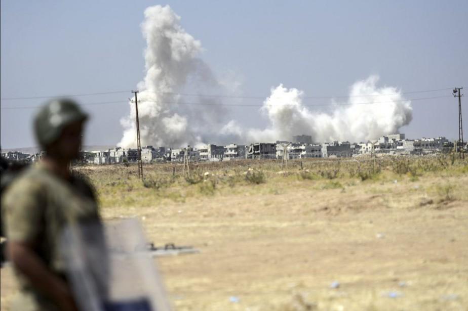 Vue de Kobané du côté turc de la... (PHOTO BULENT KILIC, AFP)