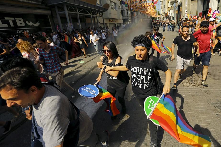 Des participants au défilé de la fierté gaie... (Photo Huseyin Aldemir, Reuters)