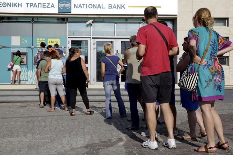 Les retraits seront limités à 60 euros par... (PHOTO REUTERS)