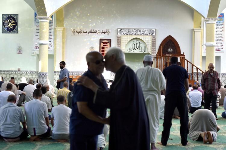 Quelque 200 personnes, en majorité des musulmans, se... (PHOTO AFP)