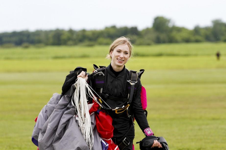 Joannie Rochette saute en parachute à Farnham.... | 2015-06-29 00:00:00.000
