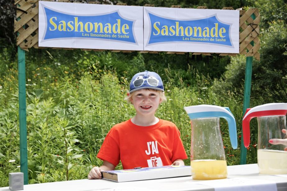 Sasha fait de la limonade pour la Grande journée des petits entrepreneurs. | 29 juin 2015
