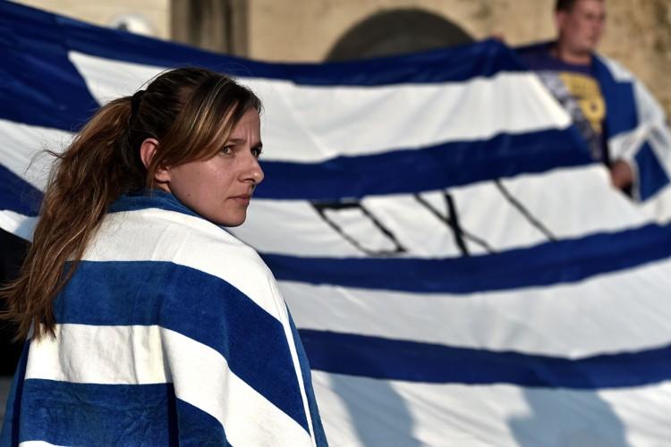 Une partisane du Non manifeste devant le parlement... (PHOTO AFP)