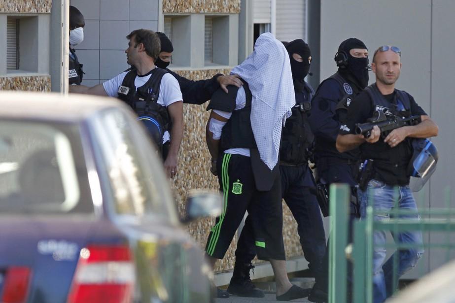 Yassin Salhi (qui serait ici l'homme escorté par... (PHOTO EMMANUEL FOUDROT, ARCHIVES REUTERS)