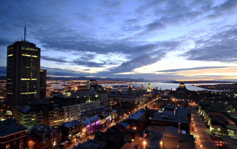 Ébloui par la beauté du spectacle, c'est depuis les hauteurs de l'Hôtel Le Concorde que notre photographe Pascal Ratthé a capté, à la fin d'avril, à 4h57, cette image de la capitale sur fond de soleil levant. «Les gens pensent que ce sont les couchers de soleil qui donnent les plus belles photos. Pour moi, c'est plutôt les levers de soleil.» Données techniques : Canon 1D mark III. Focale 16 mm, ISO 1250, ouverture f8, vitesse seconde | 30 juin 2015
