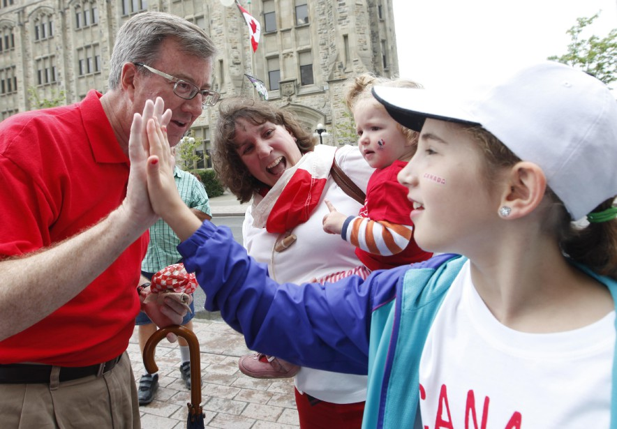 Le maire d'Ottawa Jim Watson célèbre avec les citoyens dans les rues d'Ottawa (Simon Séguin-Bertrand, LeDroit)