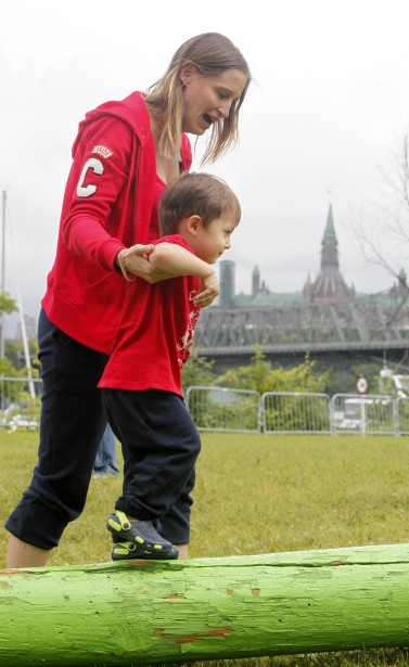Fête du Canada au parc Jacque Cartier. Kristin Johansson et son fils Richard (Simon Séguin-Bertrand, LeDroit)