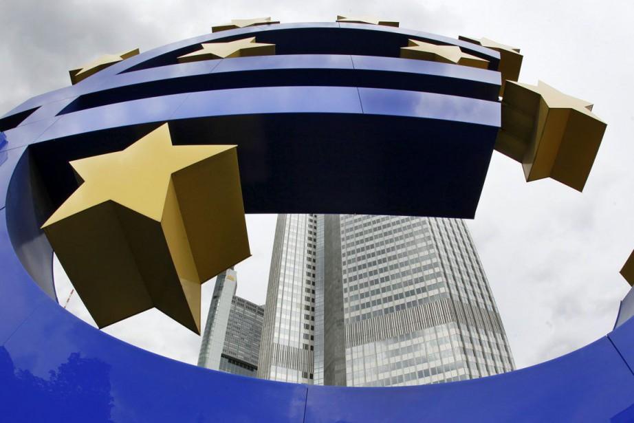 L'euro gagnait face au dollar lundi.... (PHOTO ARCHIVES AP)