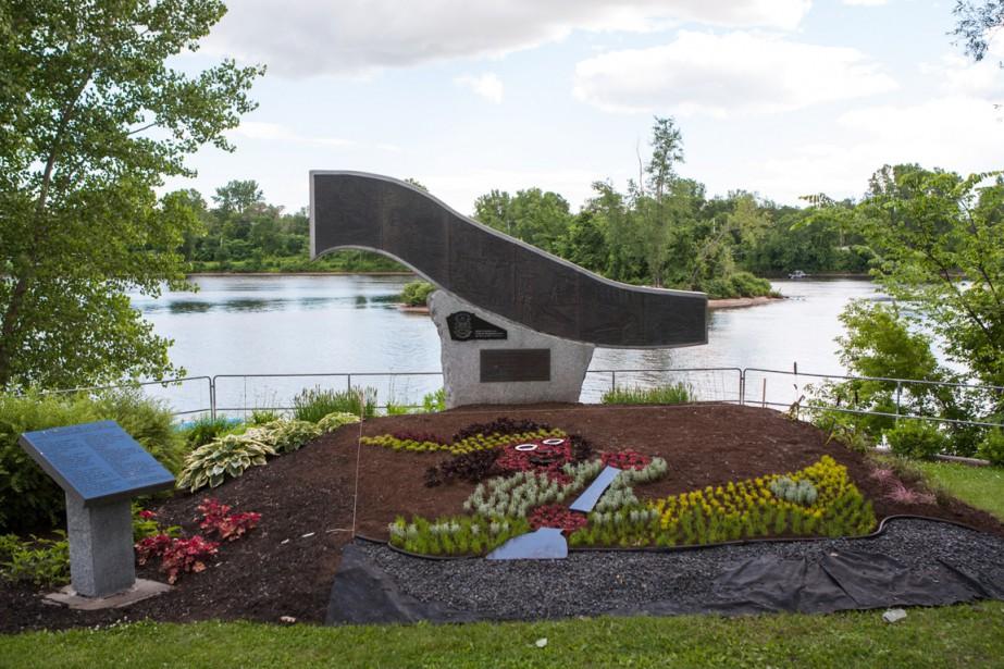 Parc Robert-Bourassa: un petit amérindien en canot, en référence à ce parc où les canots peuvent mettre à l'eau derrière la mosaïque. (Photo: Olivier Croteau, Le Nouvelliste)
