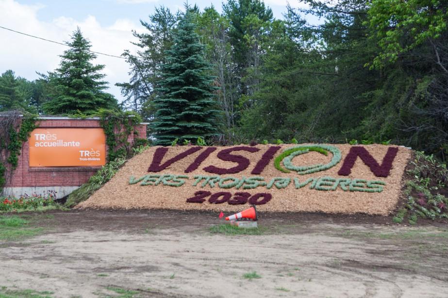 Boulevard Thibeau: la nouvelle mosaïque représente le logo de Trois-Rivières Vision 2030. (Photo: Olivier Croteau, Le Nouvelliste)