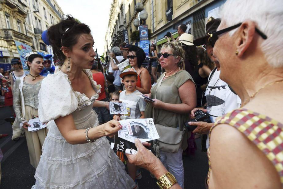 Des acteurs lors de la parade d'ouverture du... (PHOTO AFP)