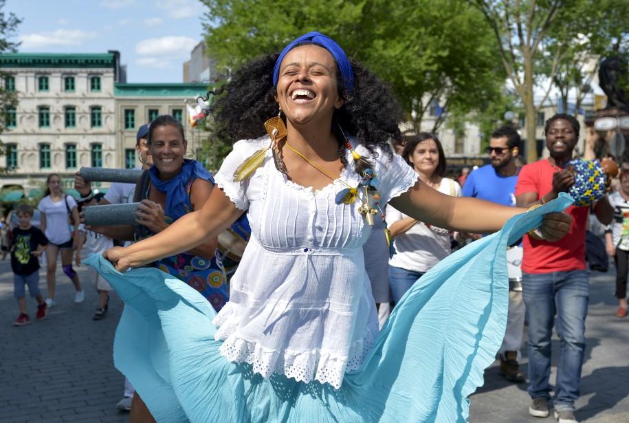 Depuis 15 ans qu'elle est débarquée du Brésil pour s'installer à Québec, Flavia Nascimento est de toutes les fêtes où elle trimballe avec ses amis du Maracatu Pe na rua les rythmes endiablés et ses danses sous forme de procession urbaine qui invite la population au déhanchement. «Au-delà de tout, j'aime le côté rassembleur. On peut amener des gens qui n'ont jamais entendu ce type de musique. Pendant 10 minutes, ils sont ailleurs», lance celle qui donne aussi des cours. (Le Soleil, Yan Doublet)