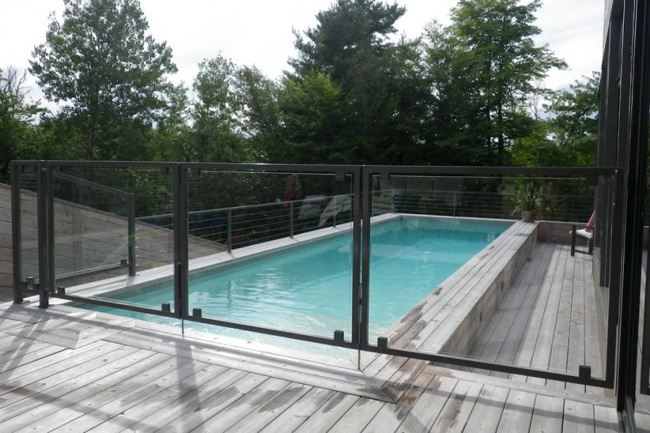 Clotures de maison amazing cloture maison bois with for Cloture piscine verre