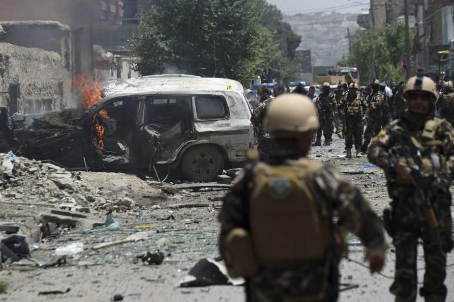 Un véhiculeest la proie des flammes sur les... (PHOTO SHAH MARAI, AFP)