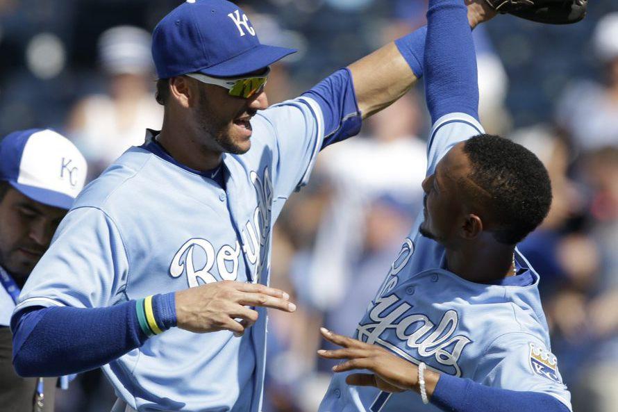 Paulo Orlando (à gauche) et Jarrod Dyson célèbrent... (PHOTO ORLIN  WAGNER, AP)