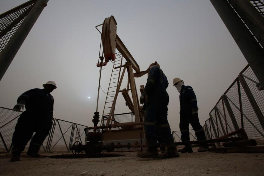 Les cours du pétrole ont baissé lundi pour... (PHOTO HASAN JAMALI, ARCHIVES AP)