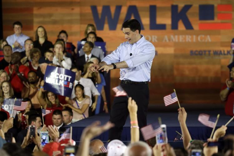 Scott Walker applique des réformes épousant l'orthodoxie républicaine,... (PHOTO AP)