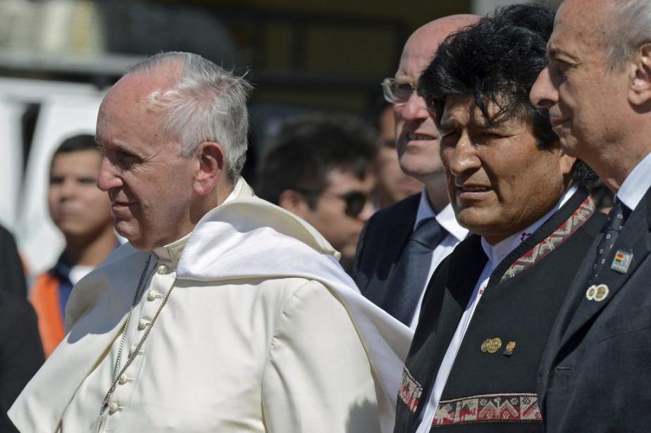 Le pape François et le président bolivien Evo... (Photo CRIS BOURONCLE, AFP)