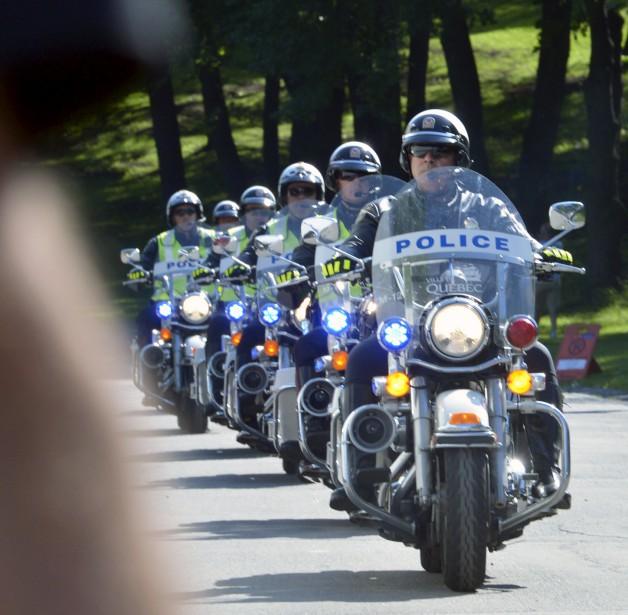 Les Rolling Stones sont arrivés à l'aéroport Jean-Lesage un peu avant 16h. Ils se sont dirigés directement vers les plaines d'Abraham, escortés par une dizaine de motos de police. (15 juillet) (Le Soleil, Jean-Marie Villeneuve)