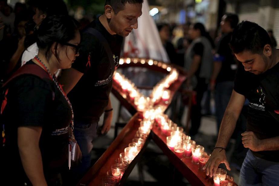 Des chandelles ont été allumées à la mémoire... (PHOTO ARCHIVES REUTERS)