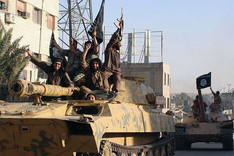 Des militants du groupe armé État islamique lors... (Photo d'archives, AP)