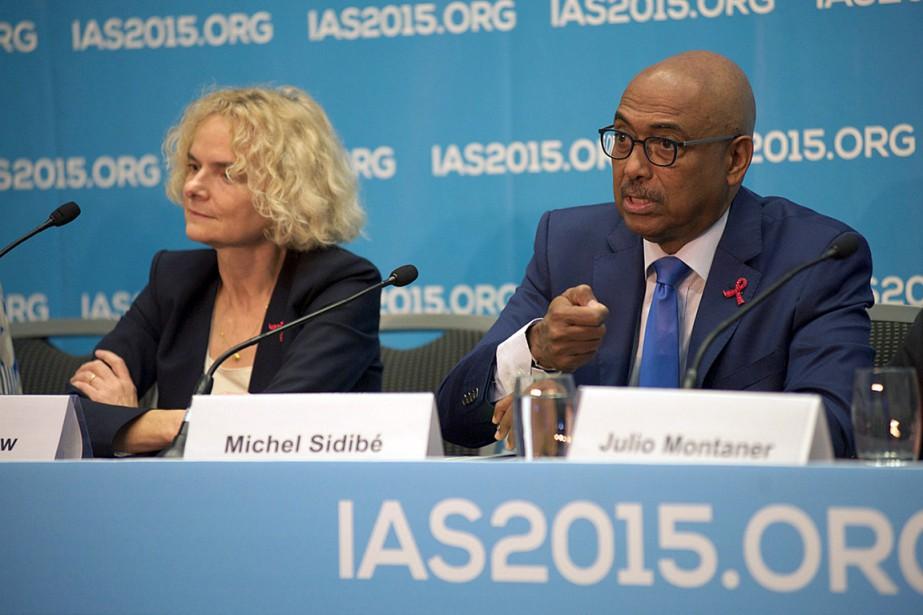 Le directeur général d'ONUSIDA, Michel Sidibé (à droite),... (Photo Deborah Jones, AFP)