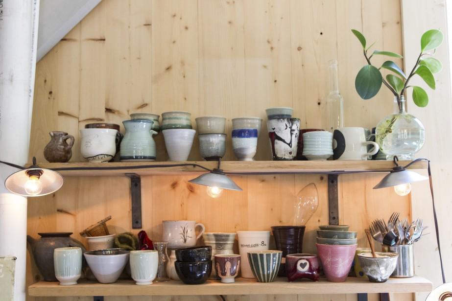 L'artisane Kim Lachance expose sa collection de tasses et de gobelets de céramique. (Le Soleil, Caroline Grégoire)