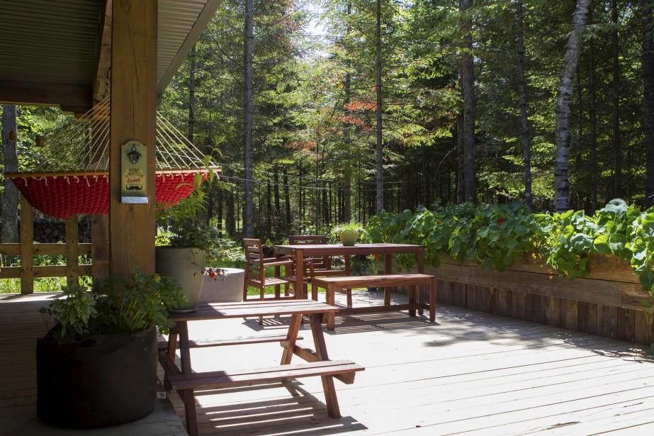 ur le côté de la maison, la terrasse est dotée d'un potager aménagé dans des bacs construits avec des retailles de bois. (Le Soleil, Caroline Grégoire)