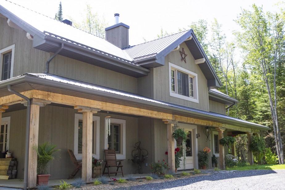 La maison a été construite à Adstock. Les murs intérieurs et extérieurs sont recouverts de planches d'épinette. (Le Soleil, Caroline Grégoire)