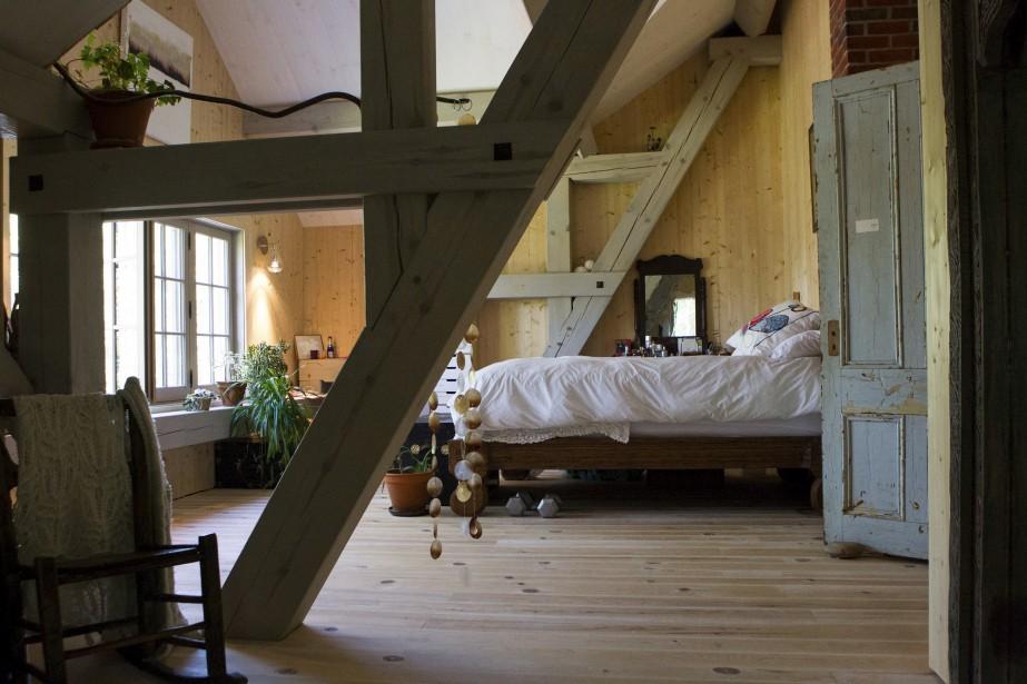 Occupant toute la largeur de l'étage, la suite du couple magnifie la charpente de pin rouge qui constitue «l'âme de la maison». (Le Soleil, Caroline Grégoire)