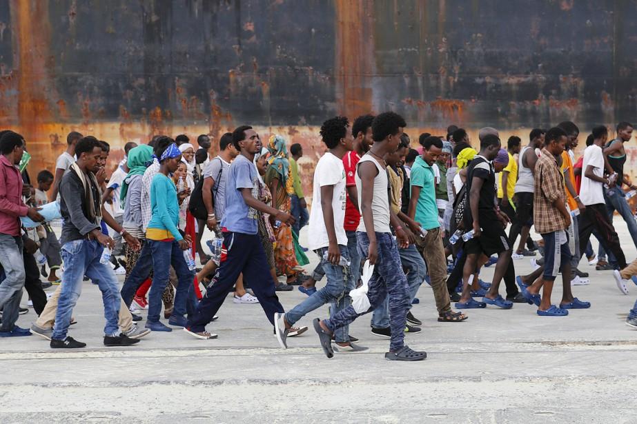 Les survivants de ce naufrage sont arrivés dans... (PHOTO ANTONIO PARRINELLO, REUTERS)