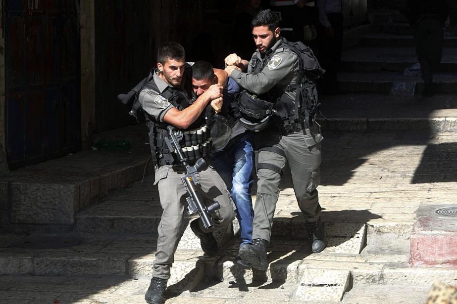 Les heurts se sont poursuivis dans la Vieille... (Photo Mahmoud Illean, AP)
