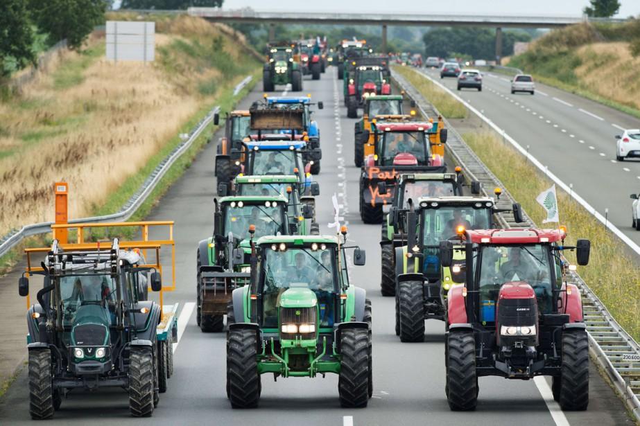 Des agriculteurs utilisent leurs tracteurs pour bloquer une... (PHOTO JEAN-SÉBASTIEN EVRARD, AFP)