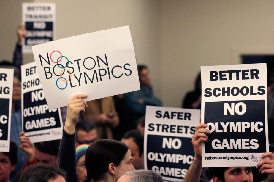 Des manifestants ont protesté contre la tenue des... (PHOTO CHARLES KRUPA, AP)