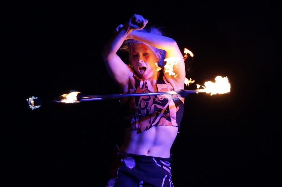 Une danseuse du Cirque du Soleil a exécuté... (PHOTO FELIPE DANA, ASSOCIATED PRESS)