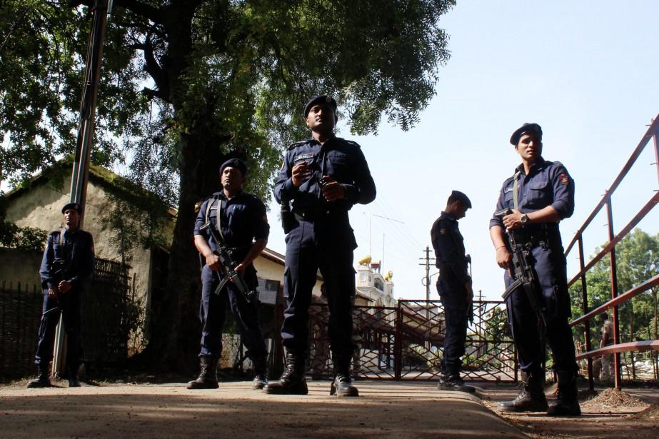 Des policiers gardent l'entrée de la prison oùYakub... (PHOTO AFP)