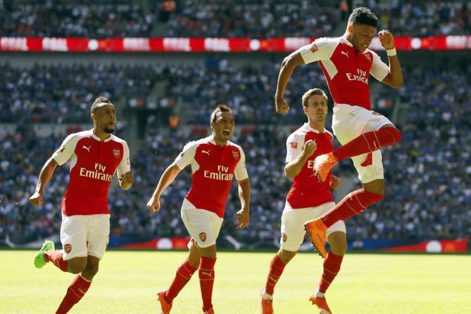 Alex Oxlade-Chamberlain saute de joie après avoir marqué... (PHOTO KIRSTY WIGGLESWORTH, AP)