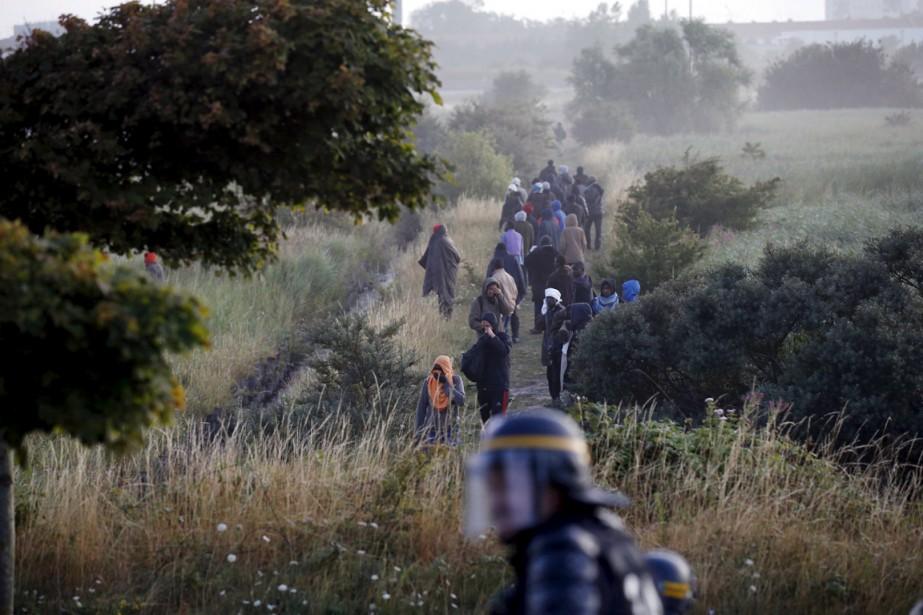 Des immigrants qui bloquaient l'accès au tunnel sont... (Photo Pascal Rossignol, Reuters)