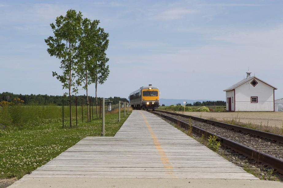 Le train léger composé de deux wagons autopropulsés arrive en gare à Baie-Saint-Paul. (Le Soleil, Caroline Grégoire)