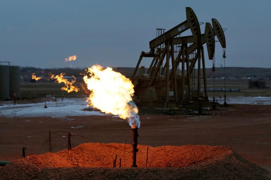 Les cours du pétrole ont chuté mercredi,... (PHOTO ERIC GAY, ARCHIVES AP)