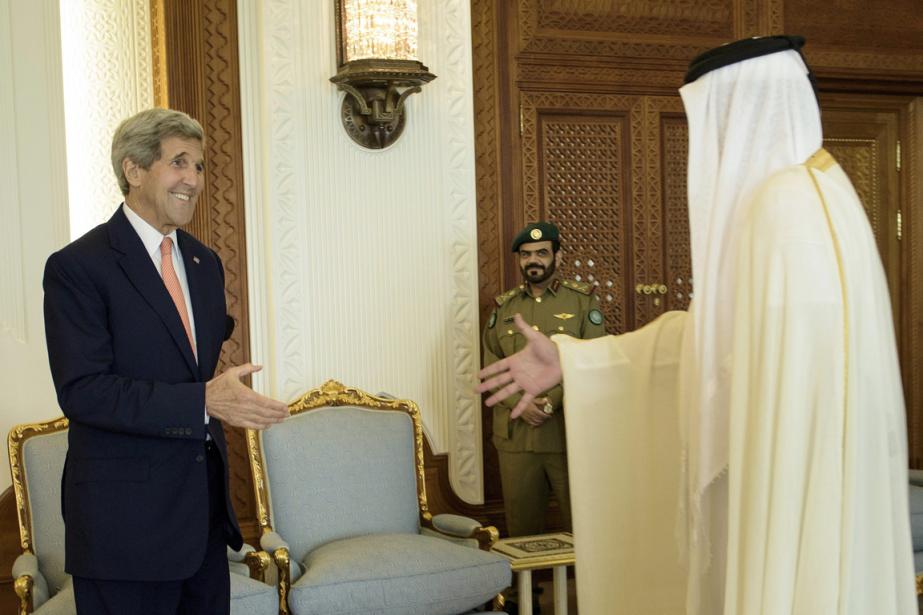 John Kerry a été reçu par le sheikTamim... (PHOTO BRENDAN SMIALOWSKI)