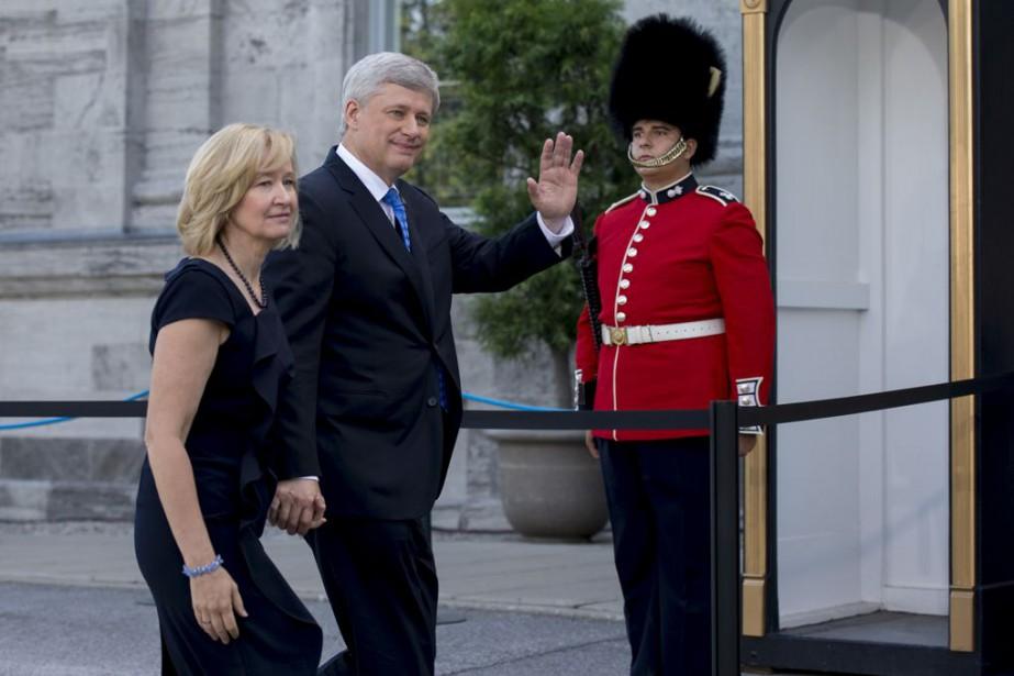 Accompagné de son épouse Laureen, le premier ministre Stephen Harper s'est rendu chez le gouverneur général, le 2 août, pour lui demander de dissoudre le Parlement. (Photo La Presse Canadienne)